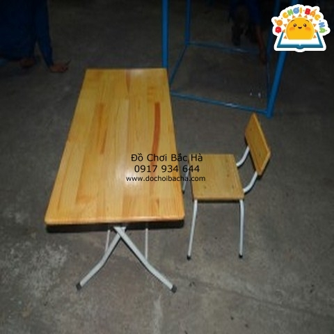 bàn gỗ thông mầm non