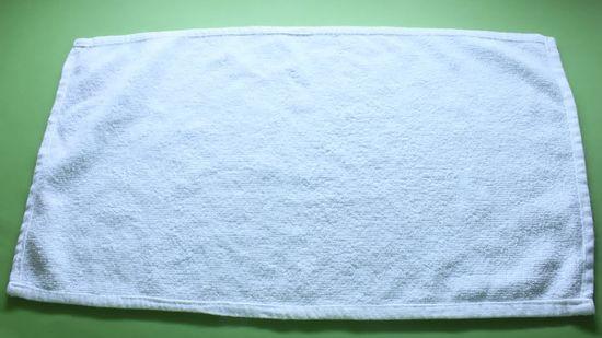 Bước 1 gấp thiên nga bằng khăn phòng tắm