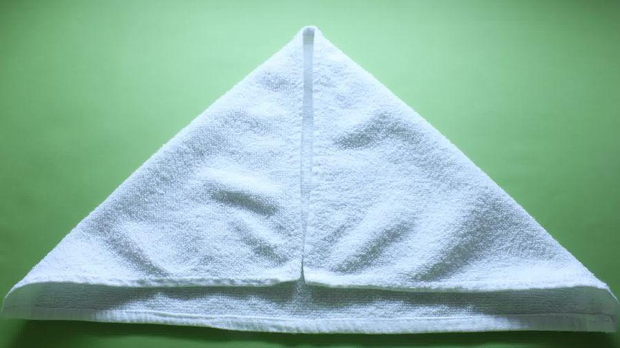 Bước 2 gấp thiên nga bằng khăn phòng tắm