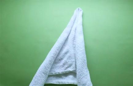 Bước 3 gấp thiên nga bằng khăn phòng tắm
