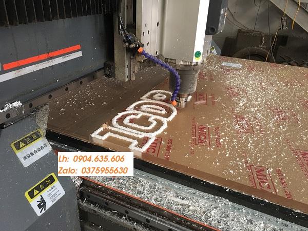 cắt chữ bằng máy cắt CNC
