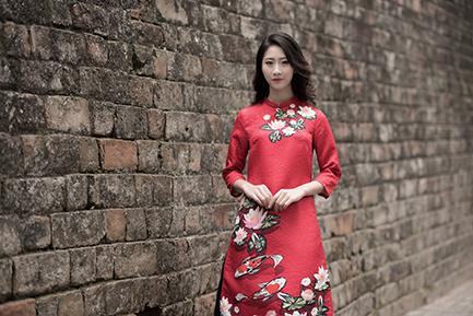 Áo dài gấm họa tiết hoa sen in