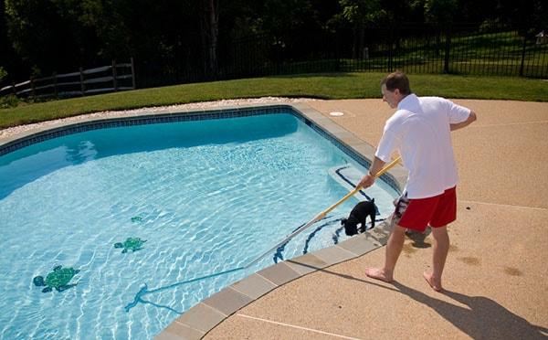 Sử dụng các thiết bị vệ sinh để làm sạch nước bể bơi