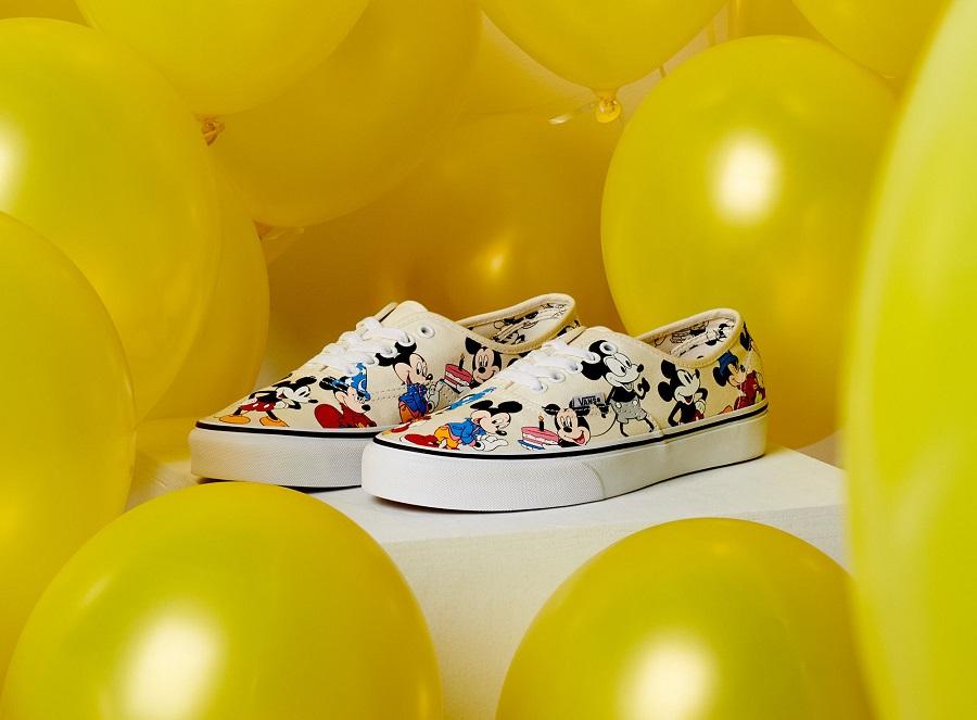 3fbc984eab60 Vans và Disney trở lại với bộ sưu tập đầy đủ giày dép và trang phục để kỷ  niệm 90 năm của một trong những nhân vật được yêu thích và biểu ...