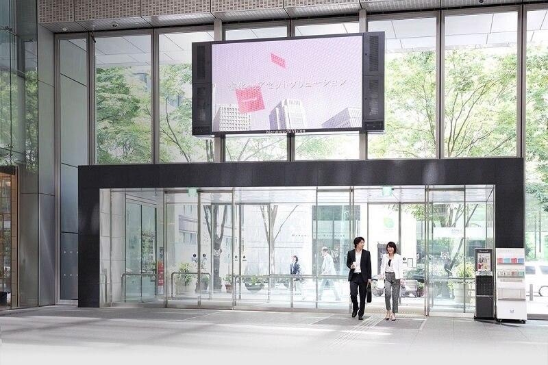 Cửa kính lùa tự động tại trung tâm thương mại