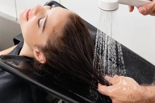 tóc dầu bết dính gây khó chịu