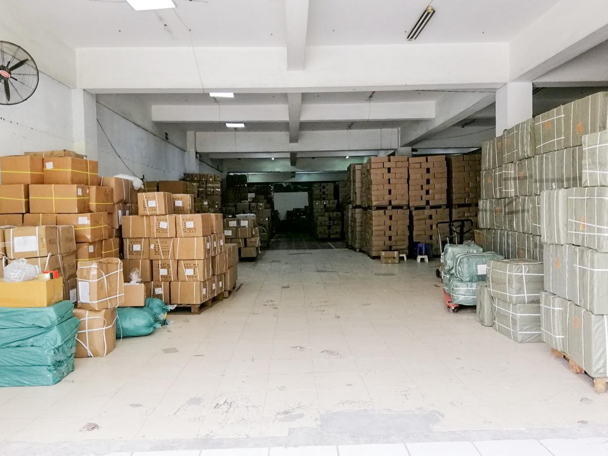 hệ thống kho chứa hàng chai lọ nhựa