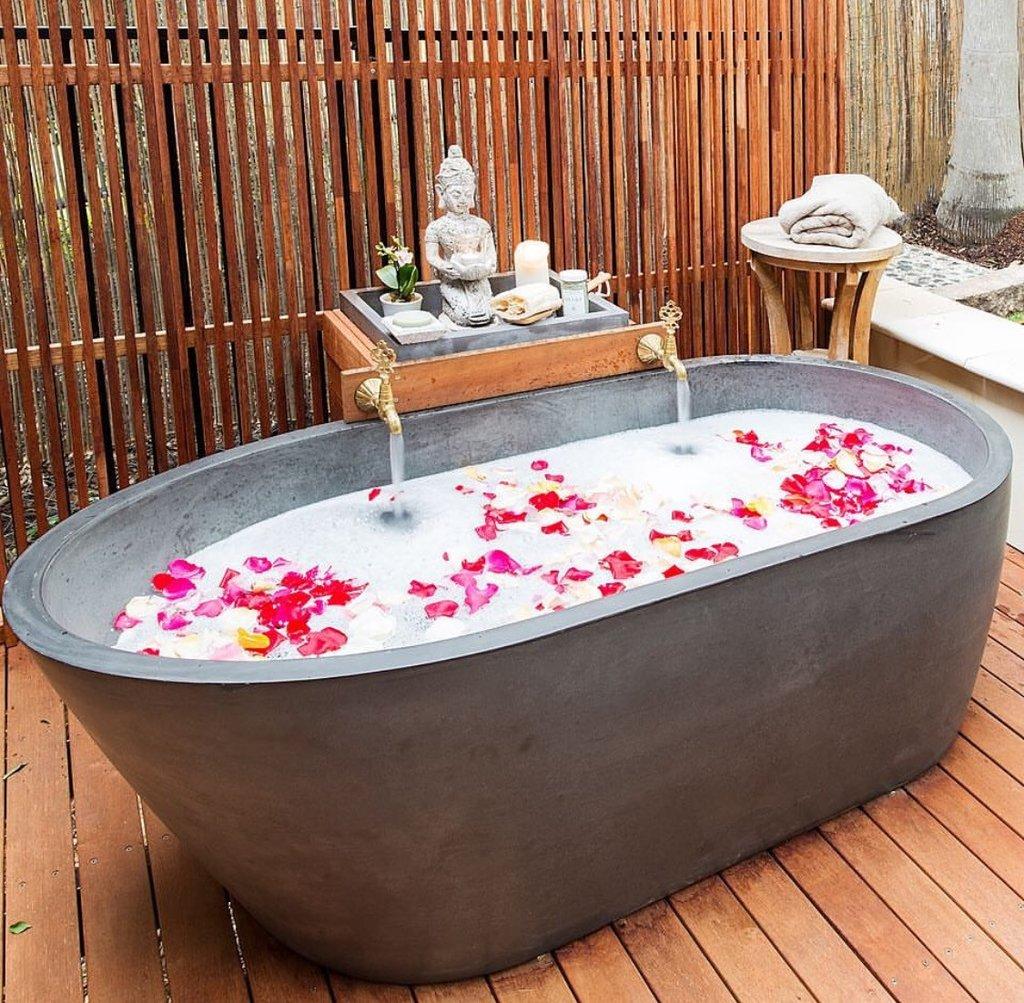 Phòng tắm đẹp như mơ với bồn tắm bê tông