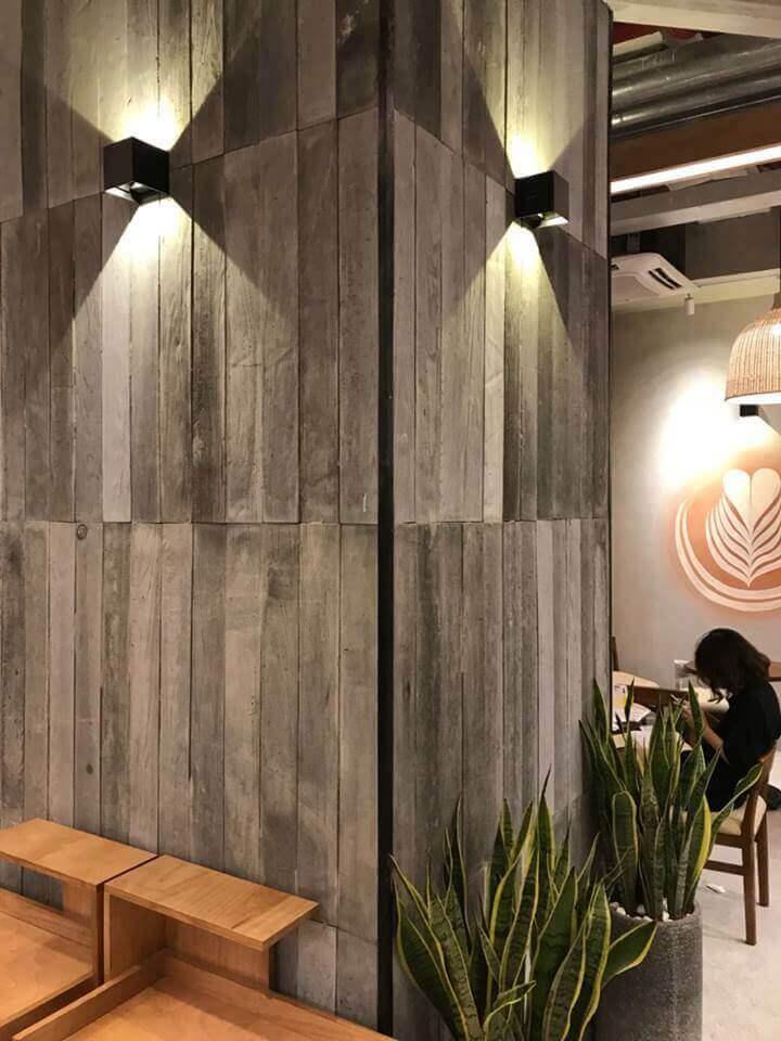 Hiệu ứng của gạch bê tông vân gỗ khi được chiếu sáng.