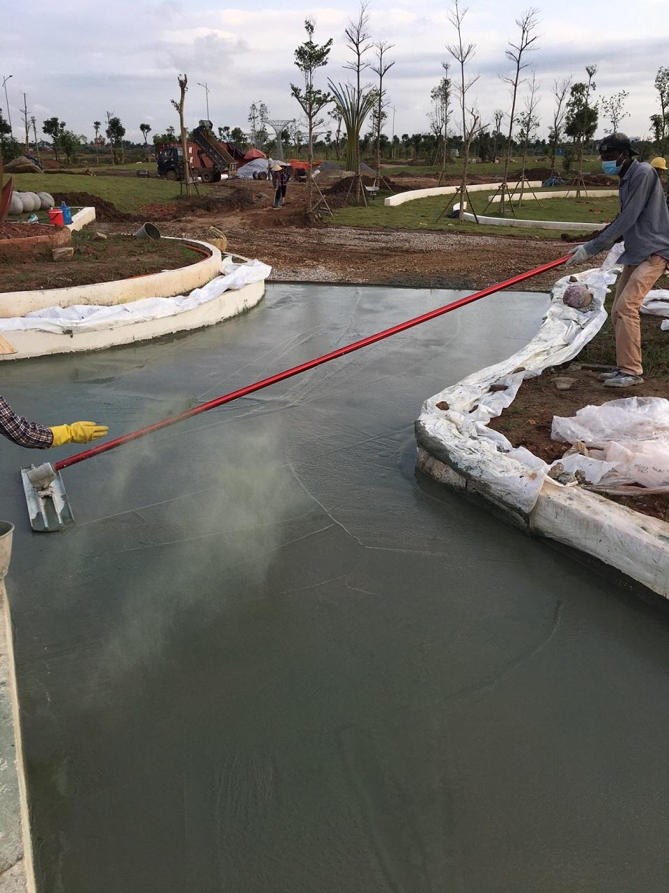 Cào và cán phẳng bề mặt sau khi đổ lớp cốt bê tông lên trên bề mặt thi công.