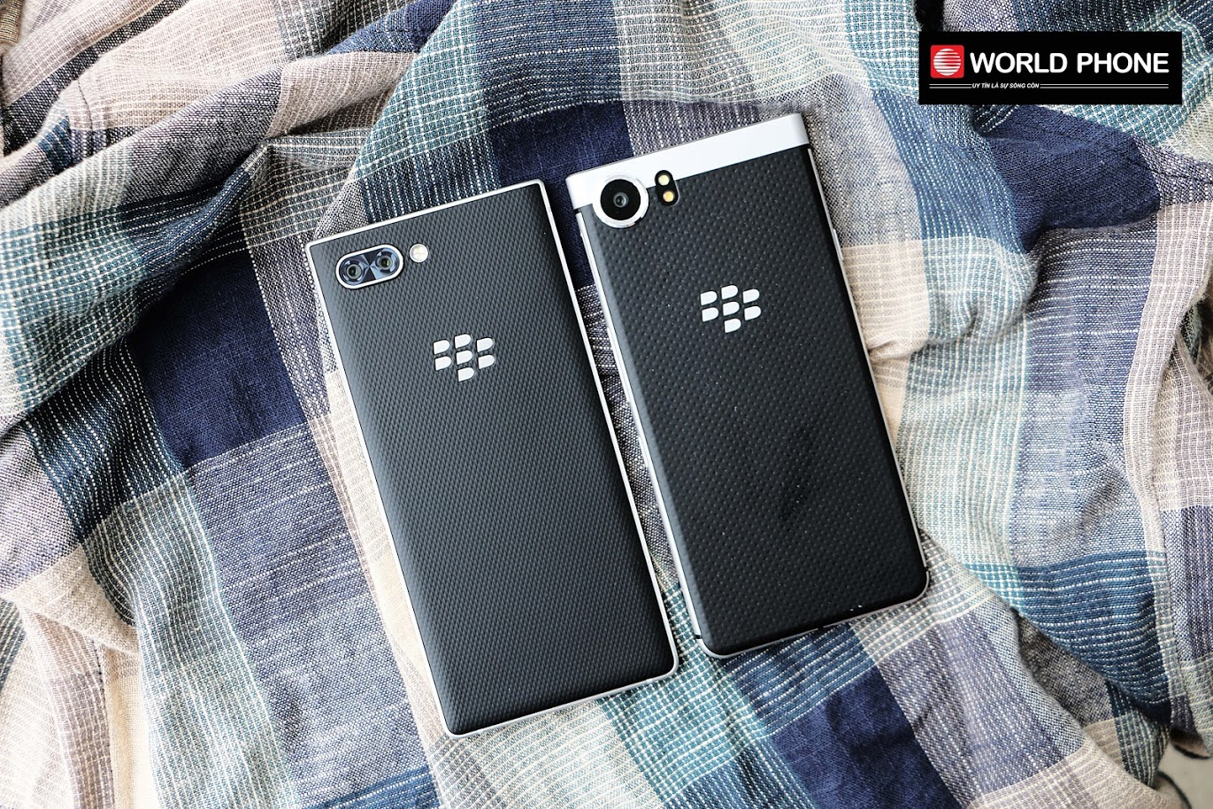 Blackberry KEY2 (trái) có đuuờng nét thiết kế sắc sảo hơn Blackberry KEYone (phải) tiền nhiệm