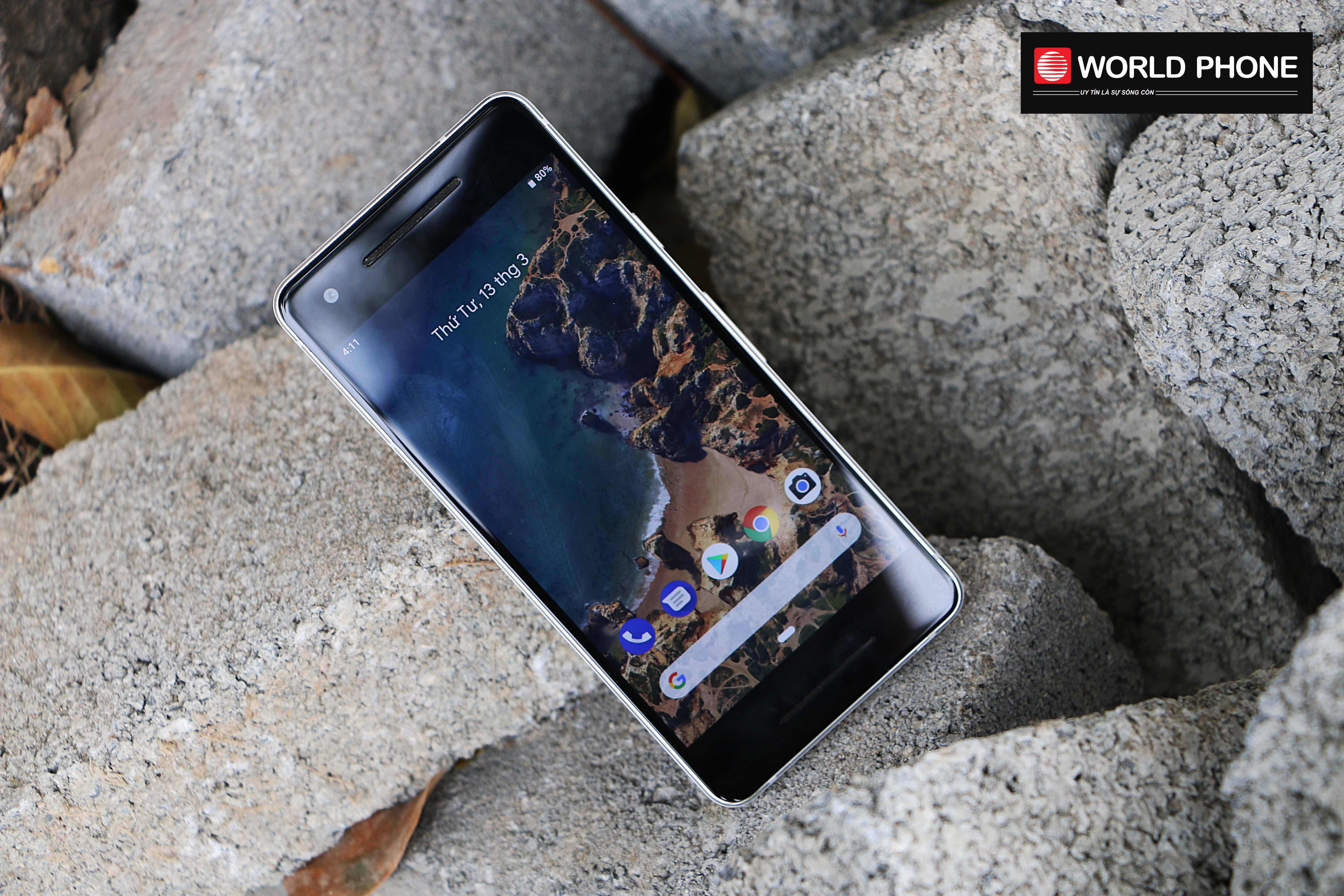 Màn hình hiển thị 5 inches cùng tấm nền AMOLED và độ phân giải Full HD của Pixel 2