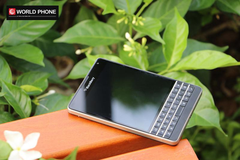 Thiết kế cạnh bo tròn khá độc đáo của Blackberry Passport AT&T