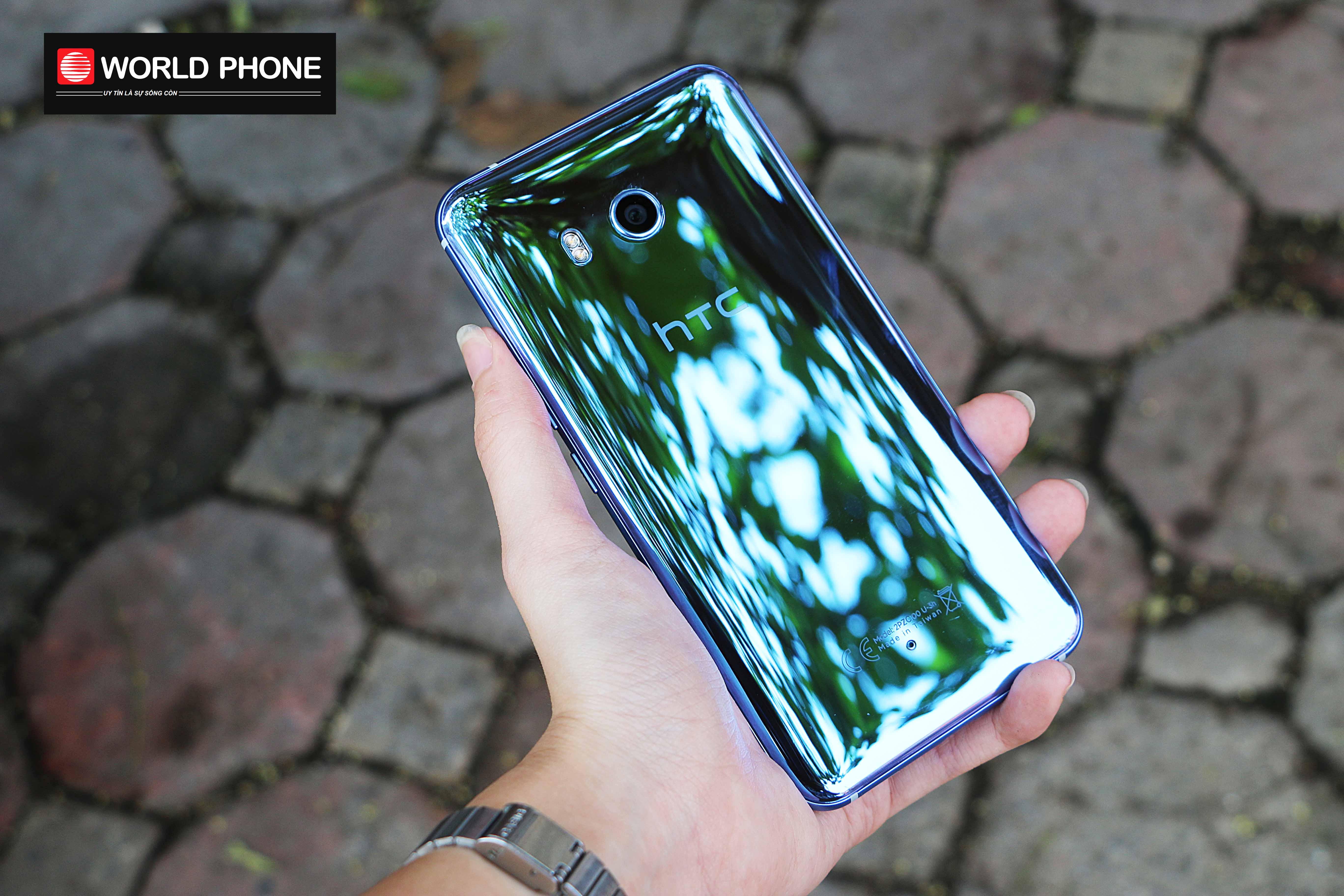 Nhược điểm của mặt lưng kính HTC U11 là để lại dấu vân tay