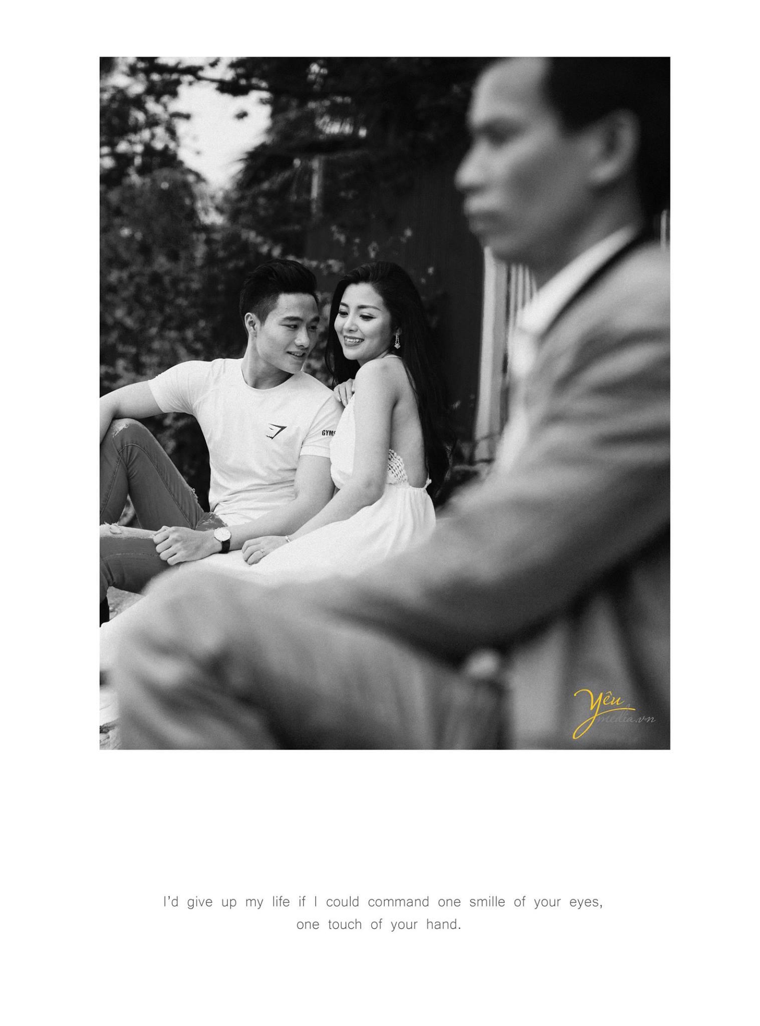ảnh chụp cô dâu chú rể ngồi bên hồ hóng gió