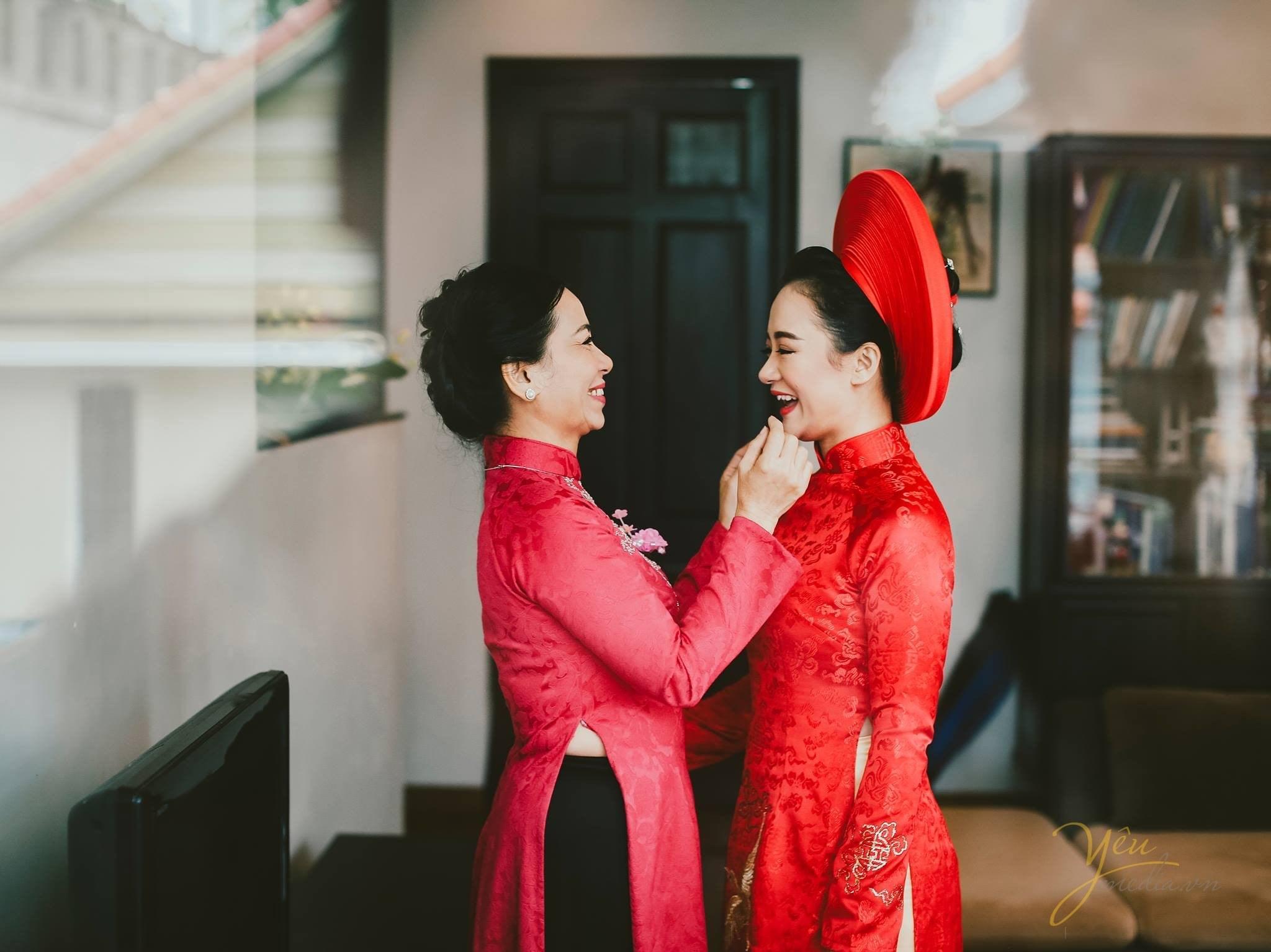ảnh phóng sự cưới tại nhà cô dâu trước giờ đón dâu mẹ hỏi han con gái