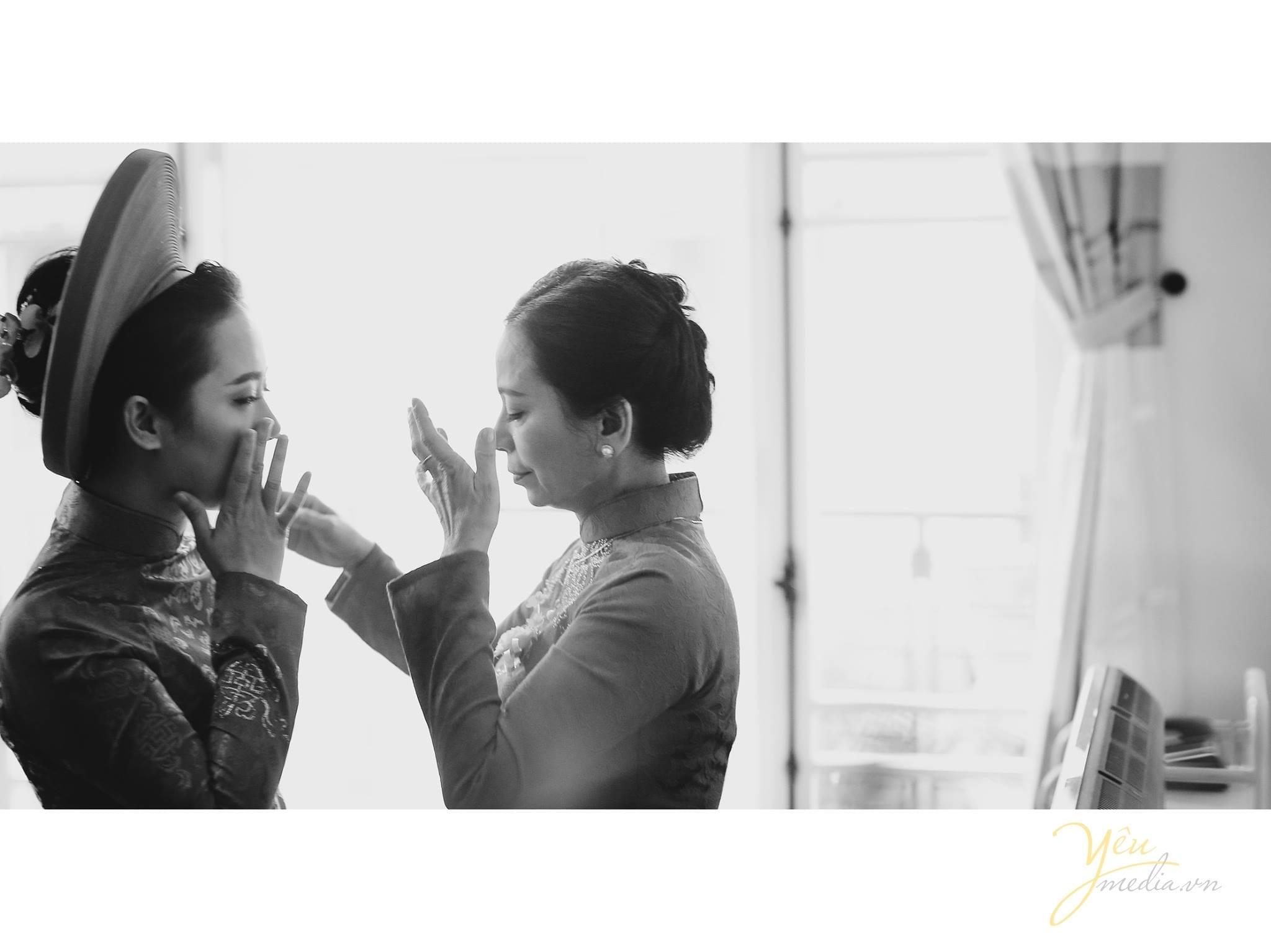 mẹ và con gái lau nước mắt trước giờ đón dâu