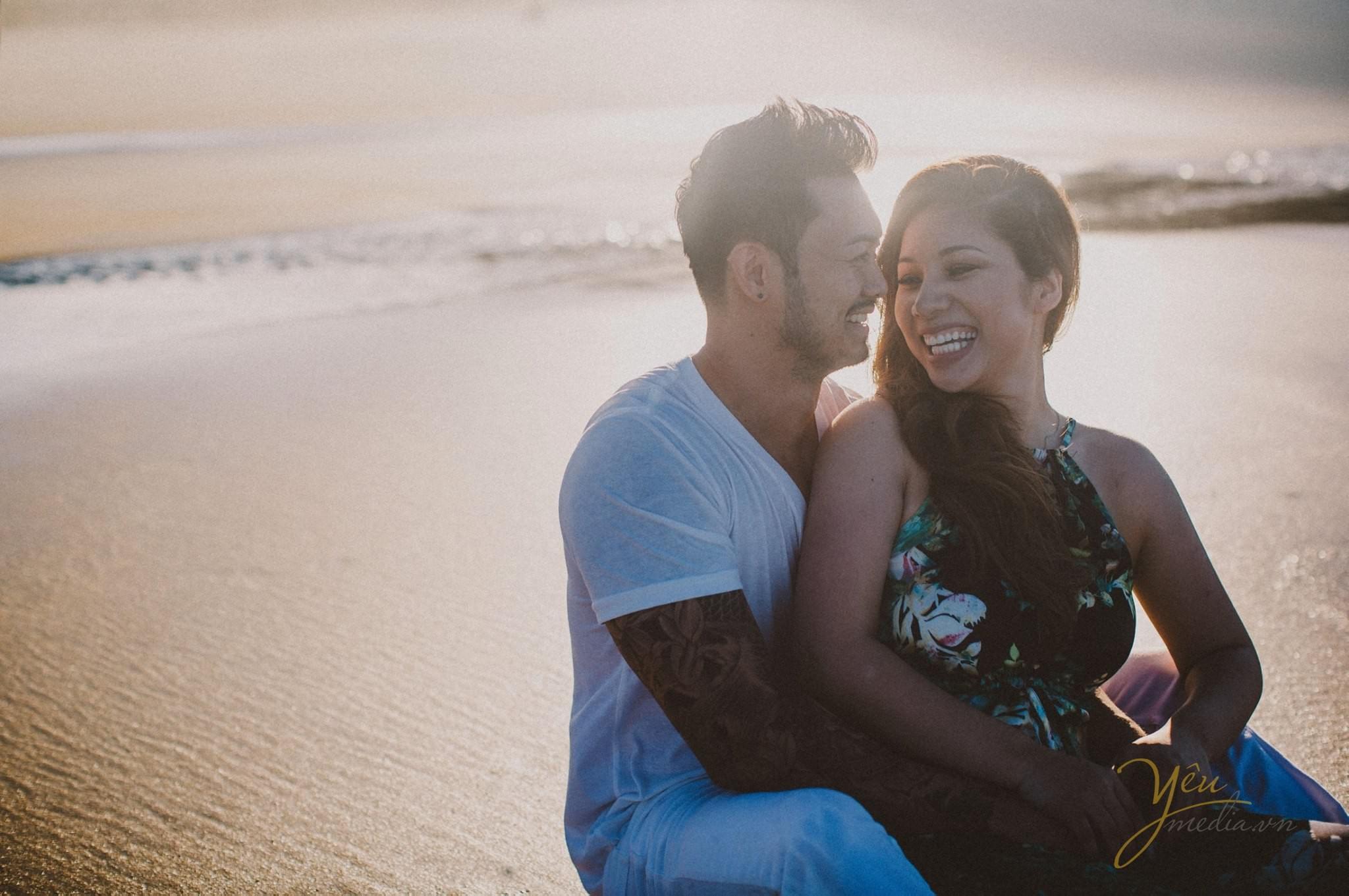 ảnh cưới chụp nắng chiều trên biển