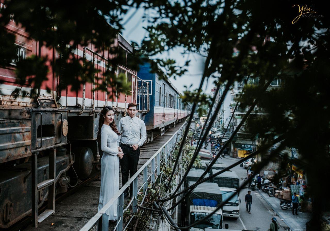 ảnh cưới áo dài trắng chụp cạnh tàu hỏa