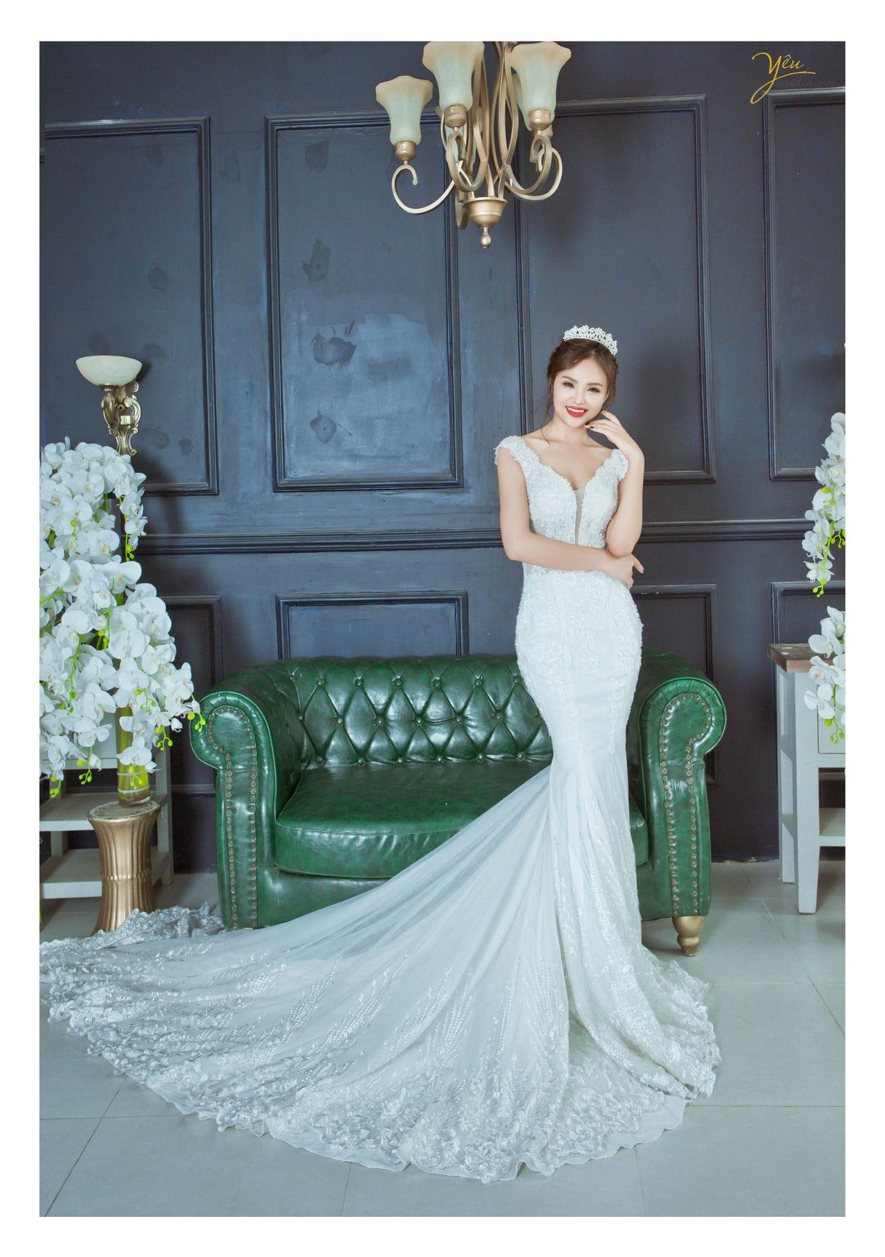 ảnh chụp cô dâu đơn đứng trước khung cửa gỗ