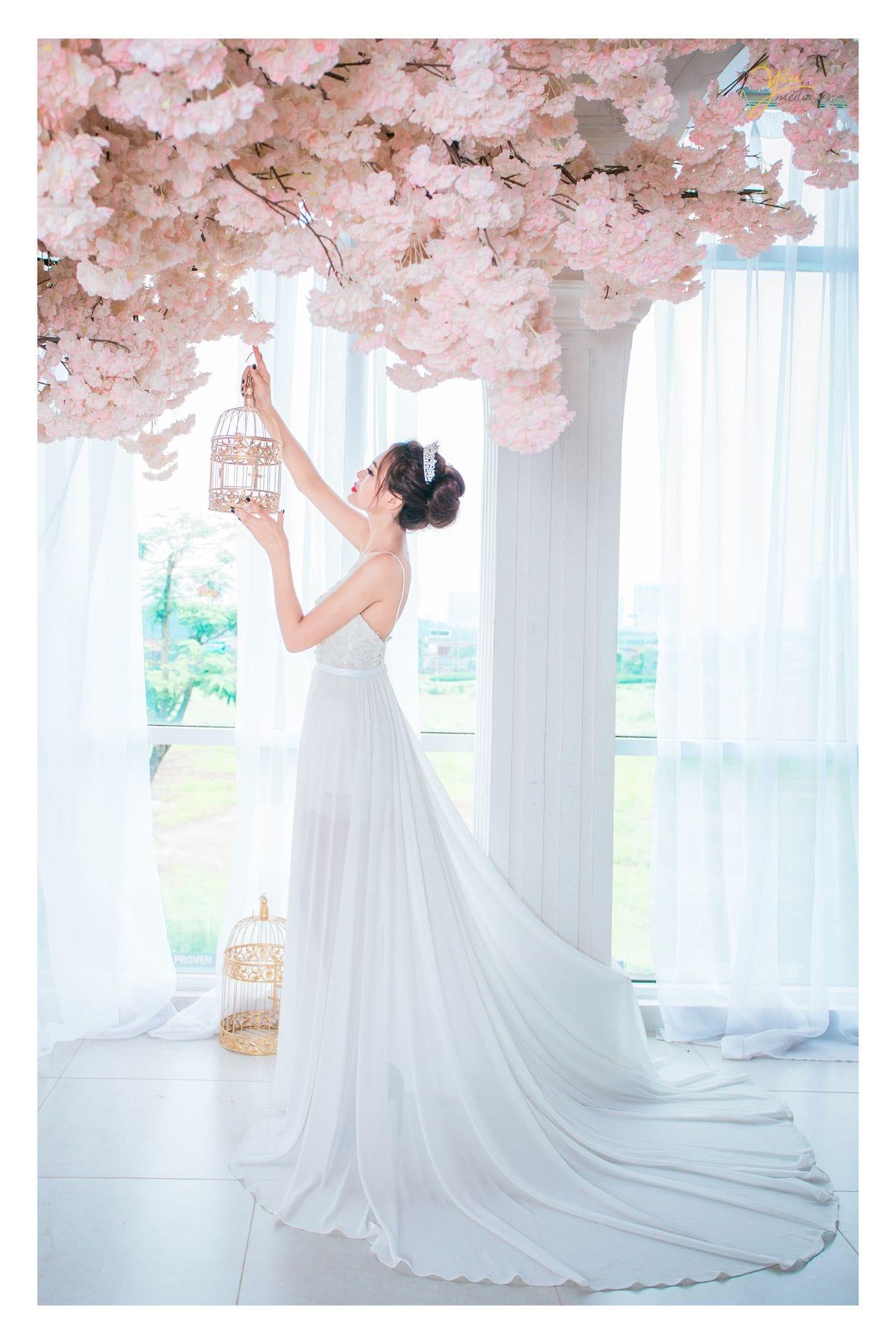 ảnh chụp cô dâu đơn bên hoa anh đào