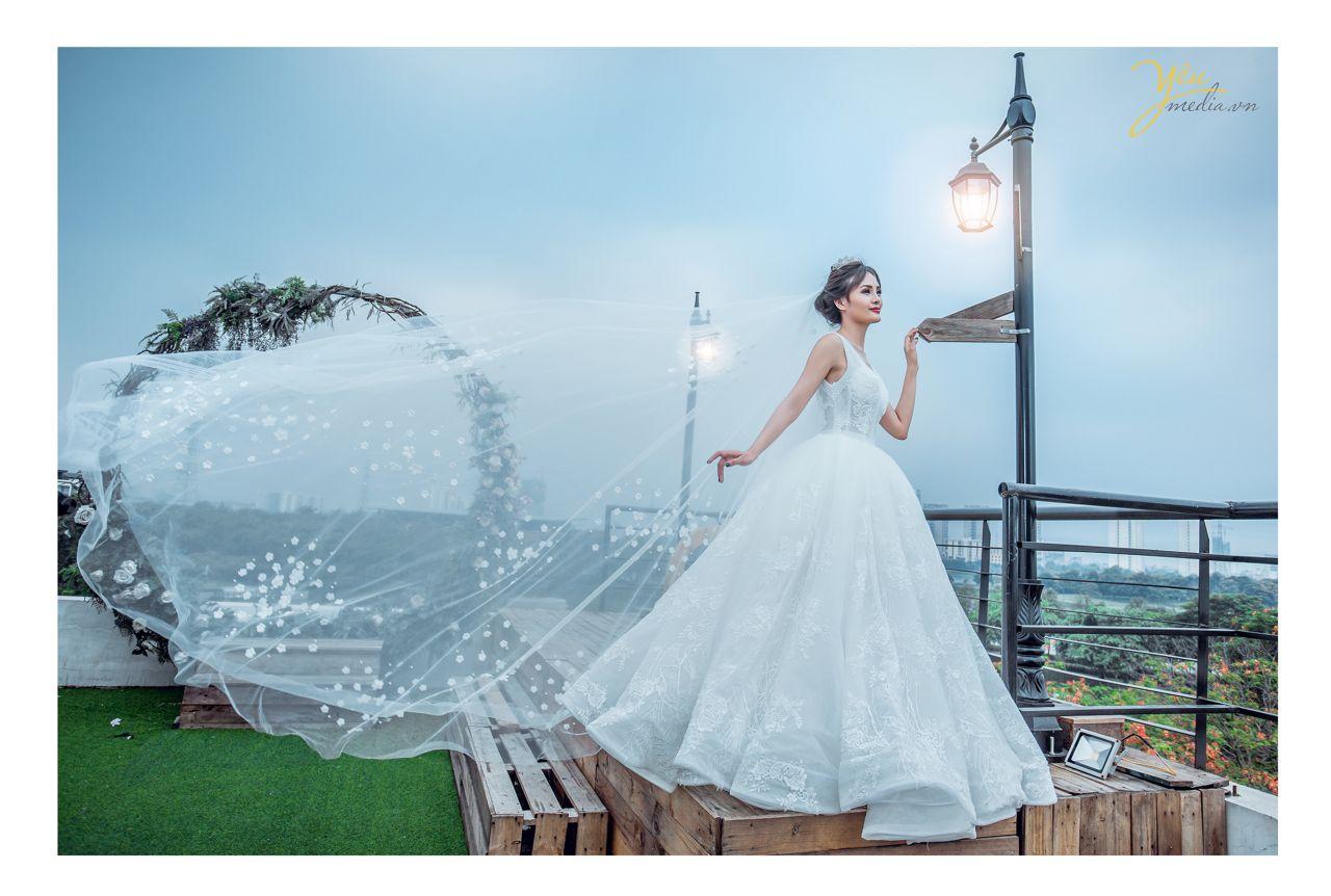 ảnh chụp cô dâu đơn đứng bên cột đèn châu âu
