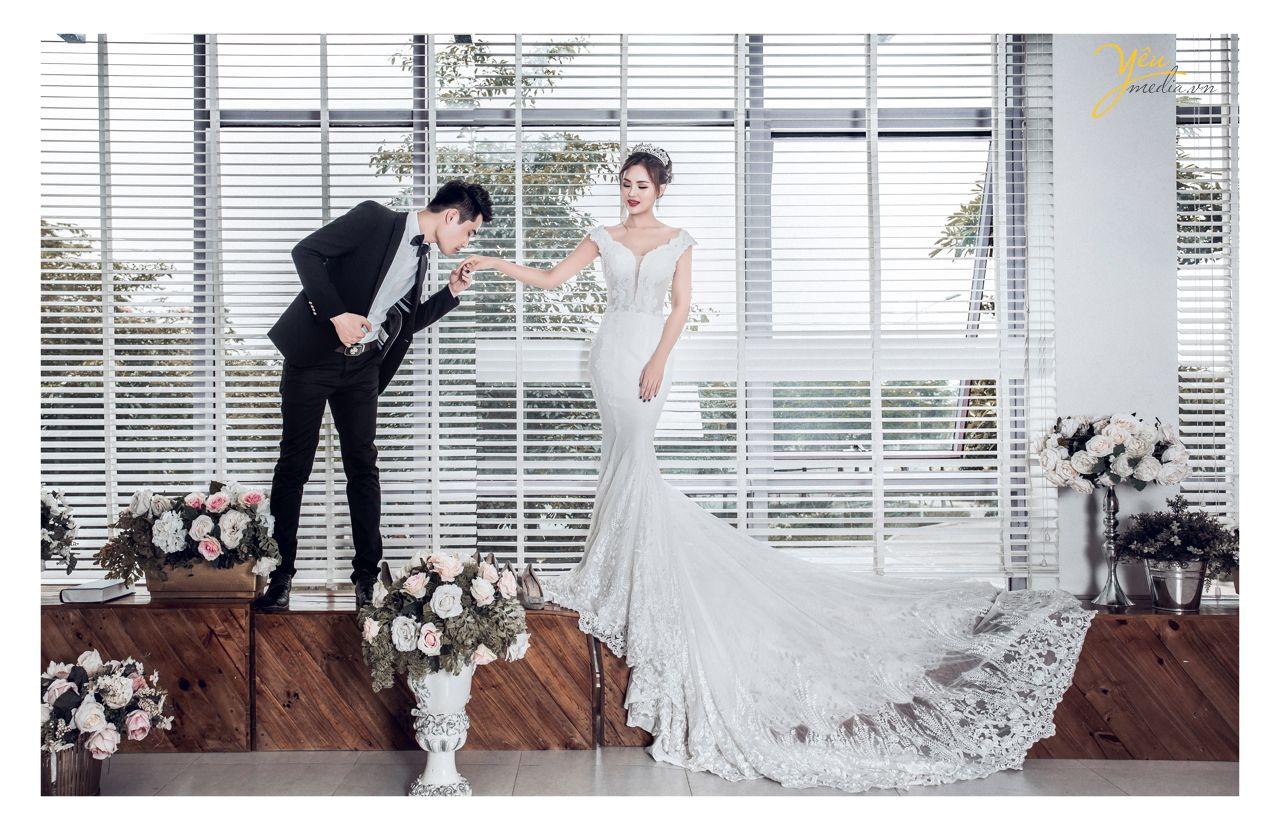 chú rể hôn tay cô dâu