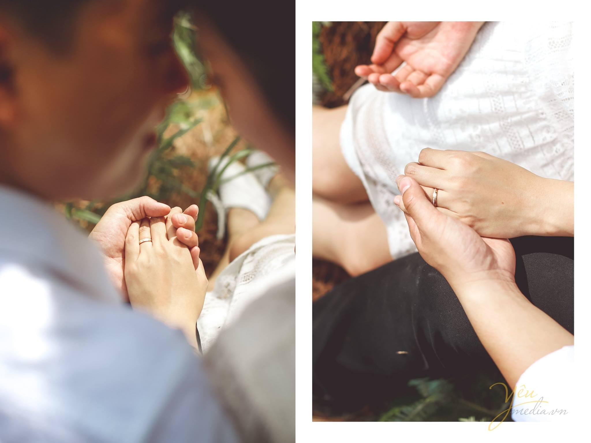 ảnh chụp cô dâu chú rể chạm mũ cầm tay đeo nhẫn cưới