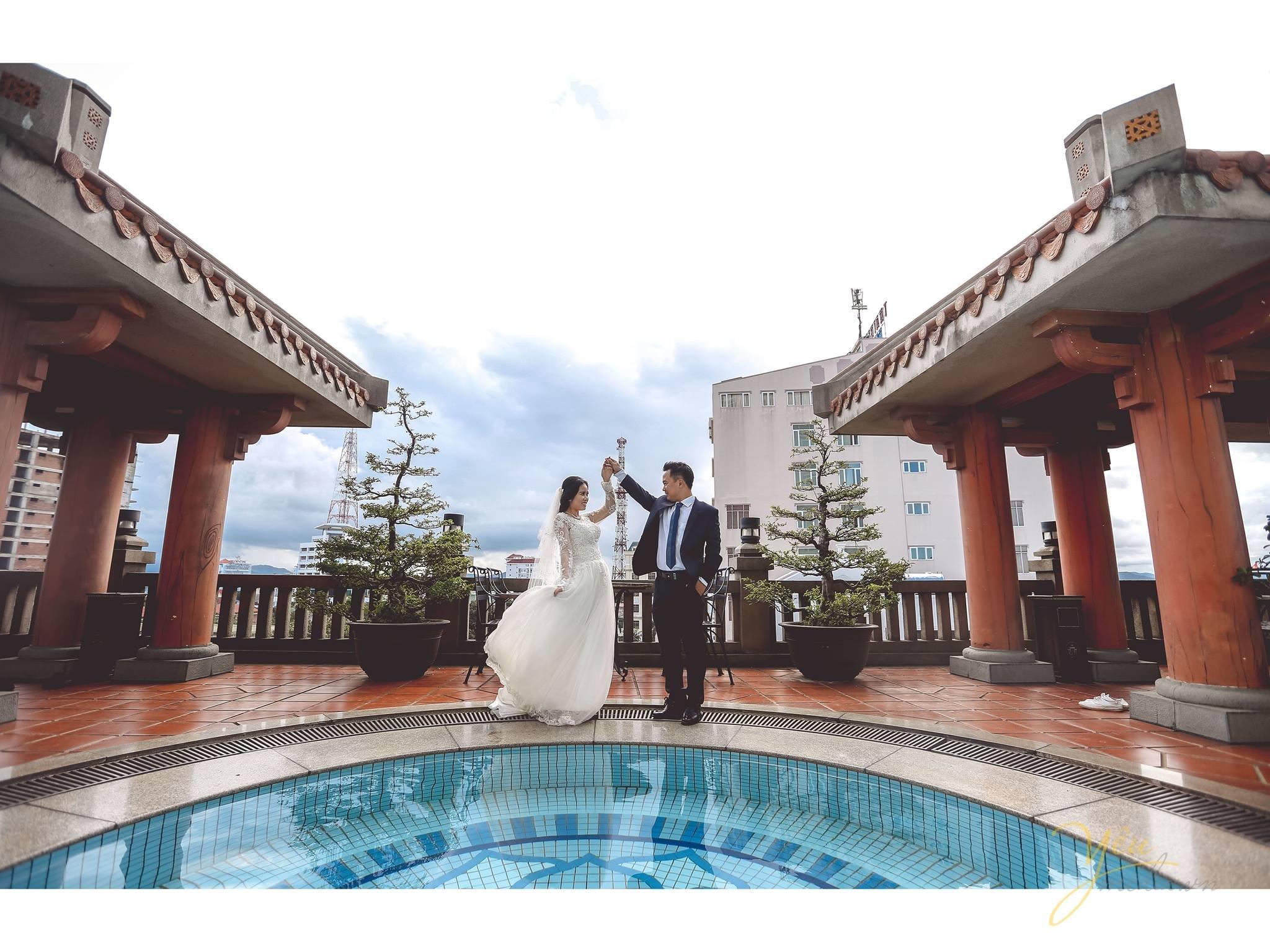 ảnh cưới chụp cạnh hồ bơi váy bồng công chúa