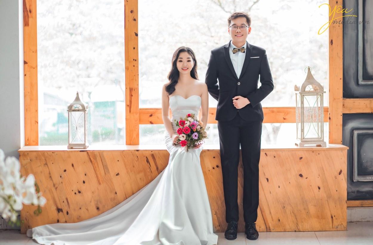 Chụp Ảnh cưới là cách các cặp đôi giữ lại những khoảnh khắc, những phút giây phút tình yêu trong trẻo nhẹ nhàng trước khi bước vào hôn nhân. Vì ý nghĩa đặc biệt đó, bên cạnh vấn đề chất lượng của Album ảnh cưới thì giá Chụp Ảnh Cưới cũng cũng được quan tâm. Chụp ảnh cưới giá bao nhiêu? Chi phí cho một bộ ảnh cưới bao nhiêu là đủ? Khi đến với Yêu Media, bạn sẽ được yên tâm tư vấn tận tình tất cả các vấn đề này!