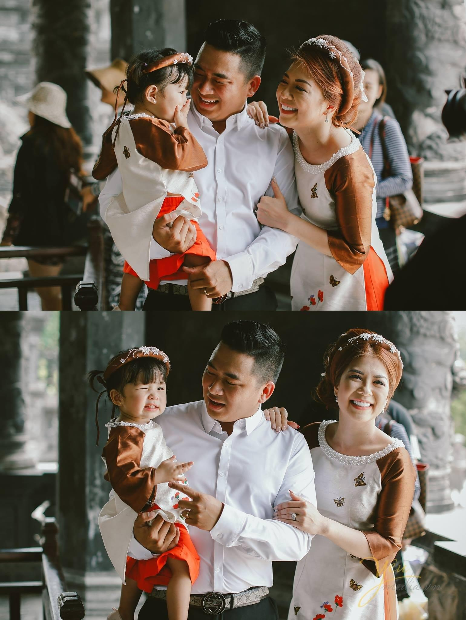 ảnh kỷ niệm cưới bố mẹ cười hạnh phúc bế con gái nhỏ