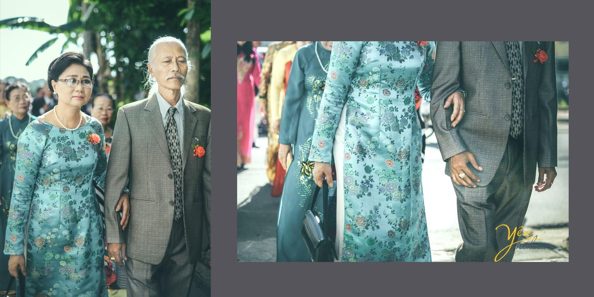 bố mẹ chú rể khoác tay nhau bước cùng đoàn đón dâu