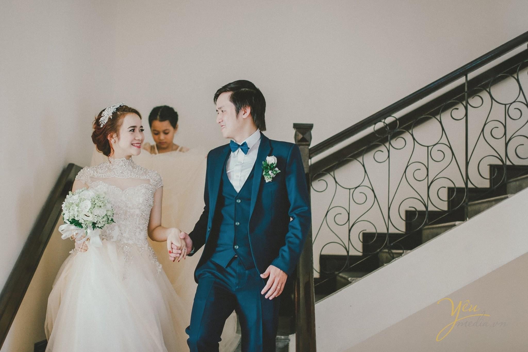 cô dâu chú rể nhìn nhau hạnh phúc
