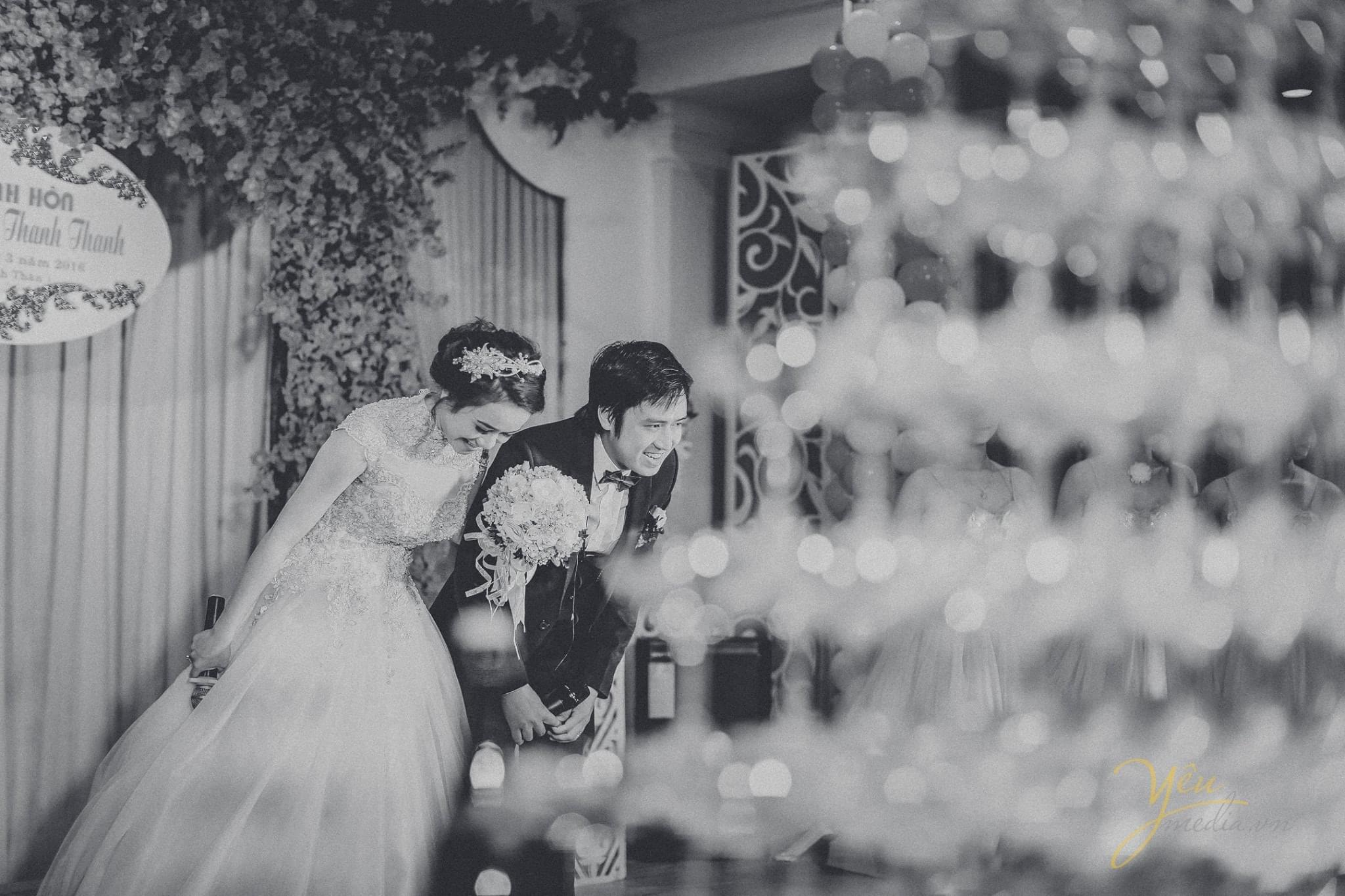 cô dâu chú rể cúi người cảm ơn trong lễ cưới