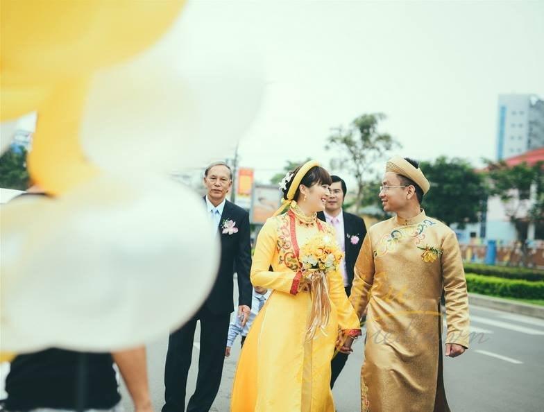 cô dâu chú rể mặc áo dài khăn xếp trong lễ cưới