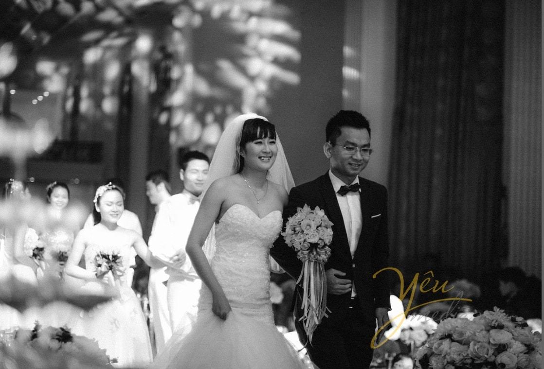 cô dâu chú rể cười hạnh phúc trong lễ cưới