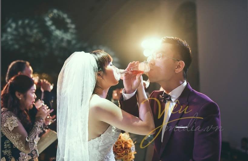 cô dâu chú rể uống rượu giao bôi trong lễ cưới
