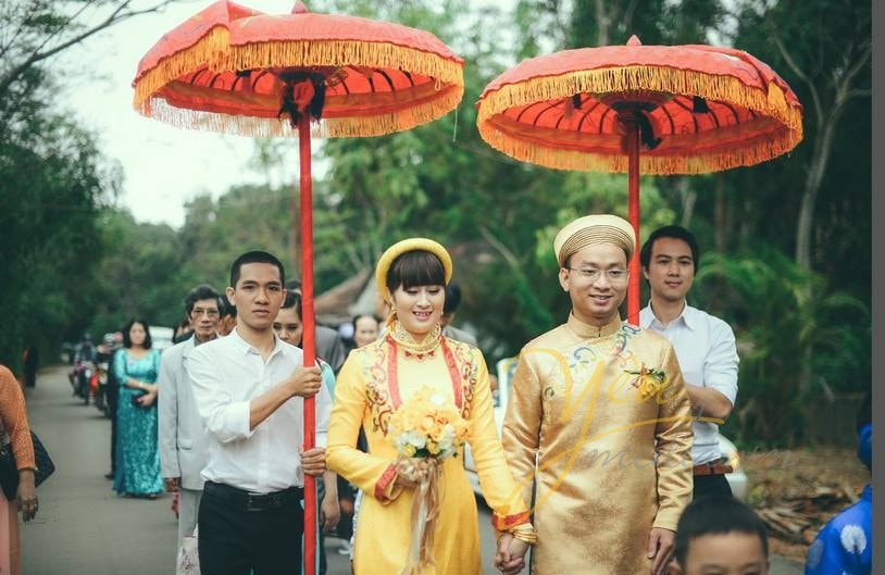 cô dâu chú rể mặc áo dài khăn xếp đón dâu theo kiểu truyền thống