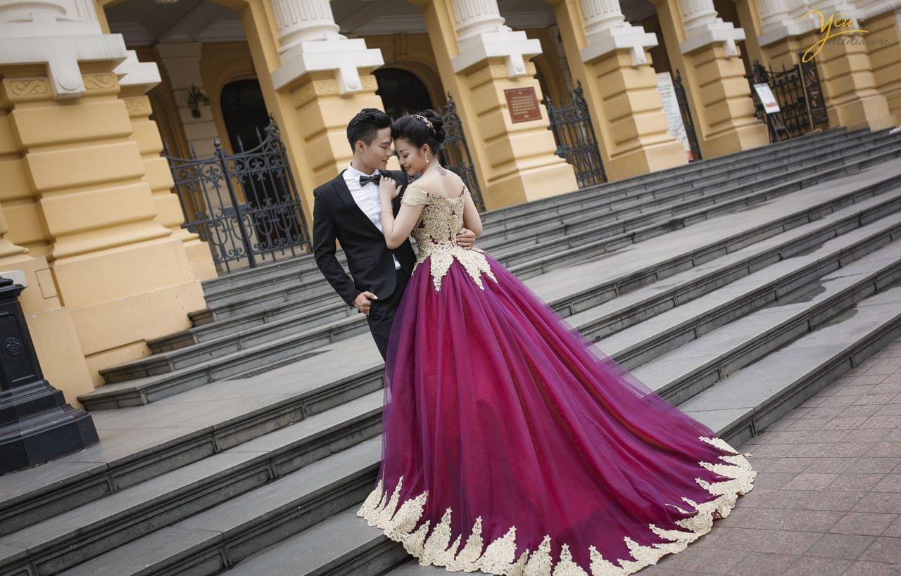ảnh cưới phong cách dạ hội chú rể ôm eo cô dâu