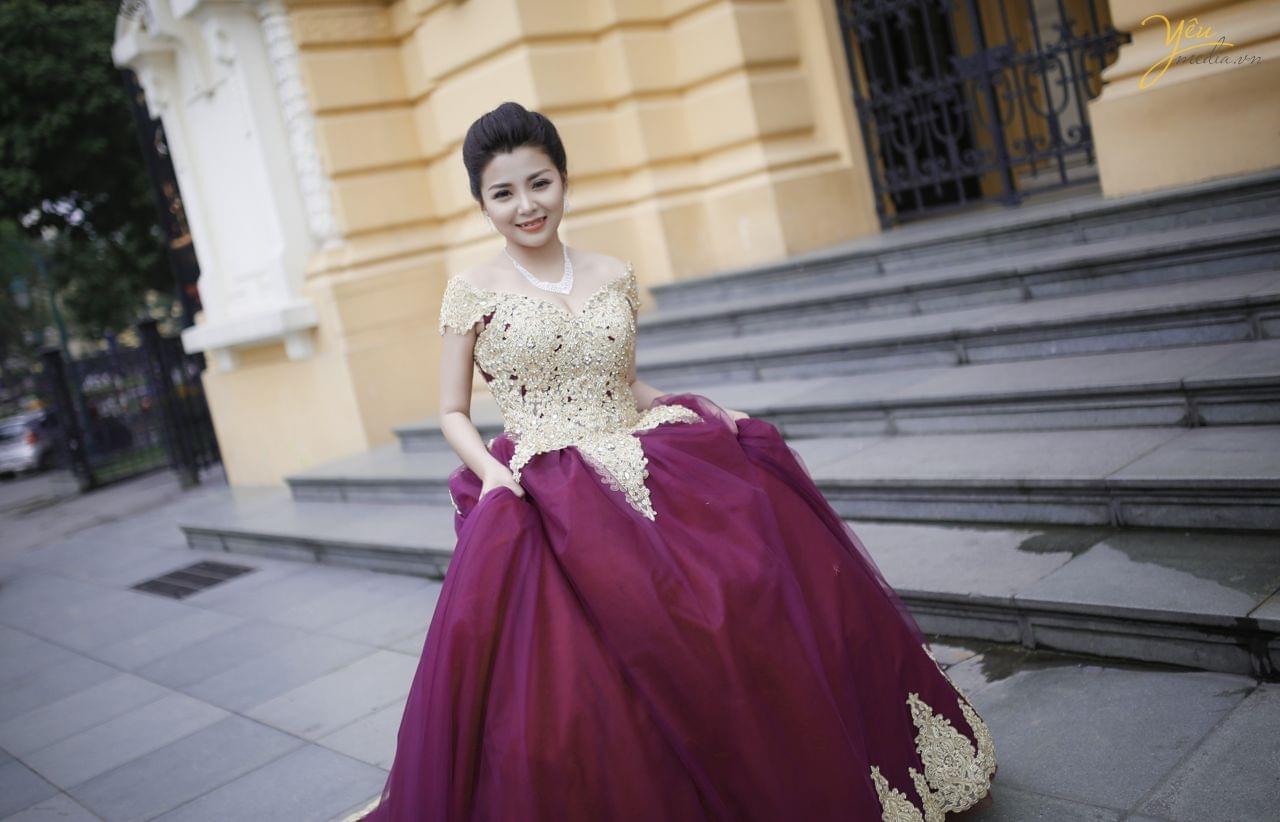 ảnh cưới cô dâu mặc váy dạ hội màu tím sang chảnh