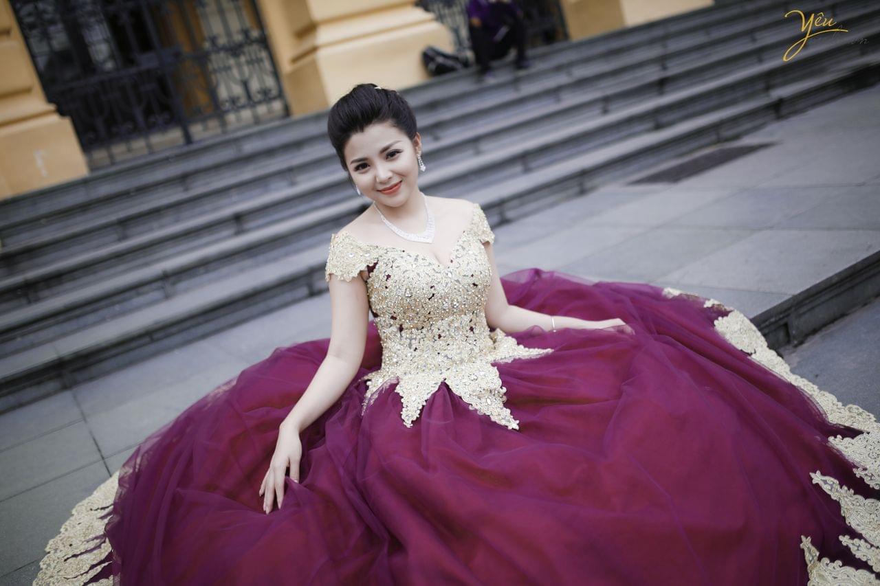 ảnh cưới cô dâu mặc váy dạ hội tím xòe rộng