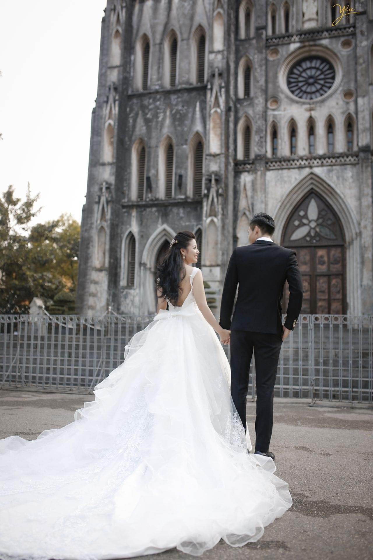 ảnh chụp cưới phía sau lưng cô dâu chú rể