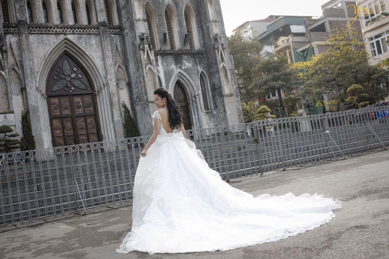ảnh cưới cô dâu đơn chụp phía sau lưng sảnh trước nhà thờ lớn hà nội