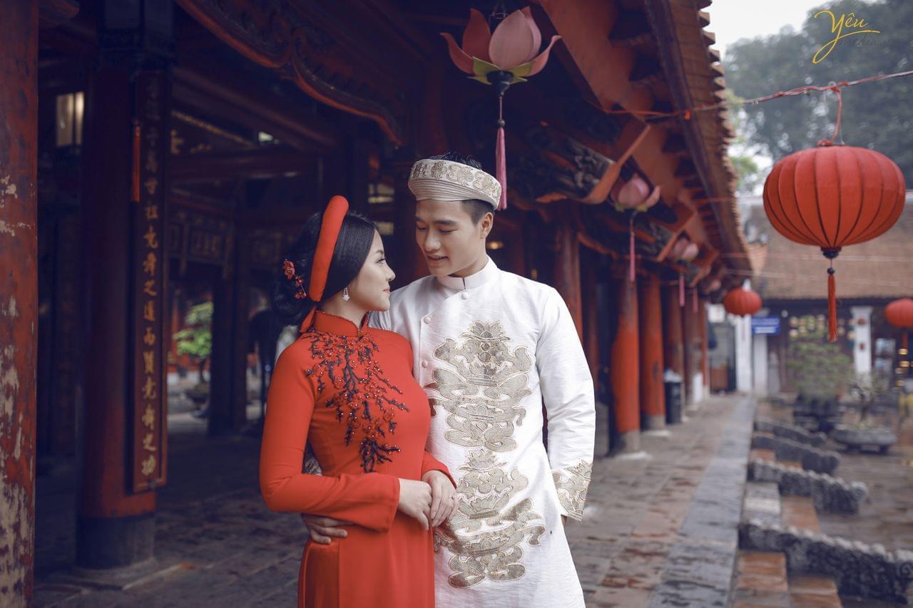 ảnh chụp cưới cô dâu chú rể nhìn nhau tình tứ