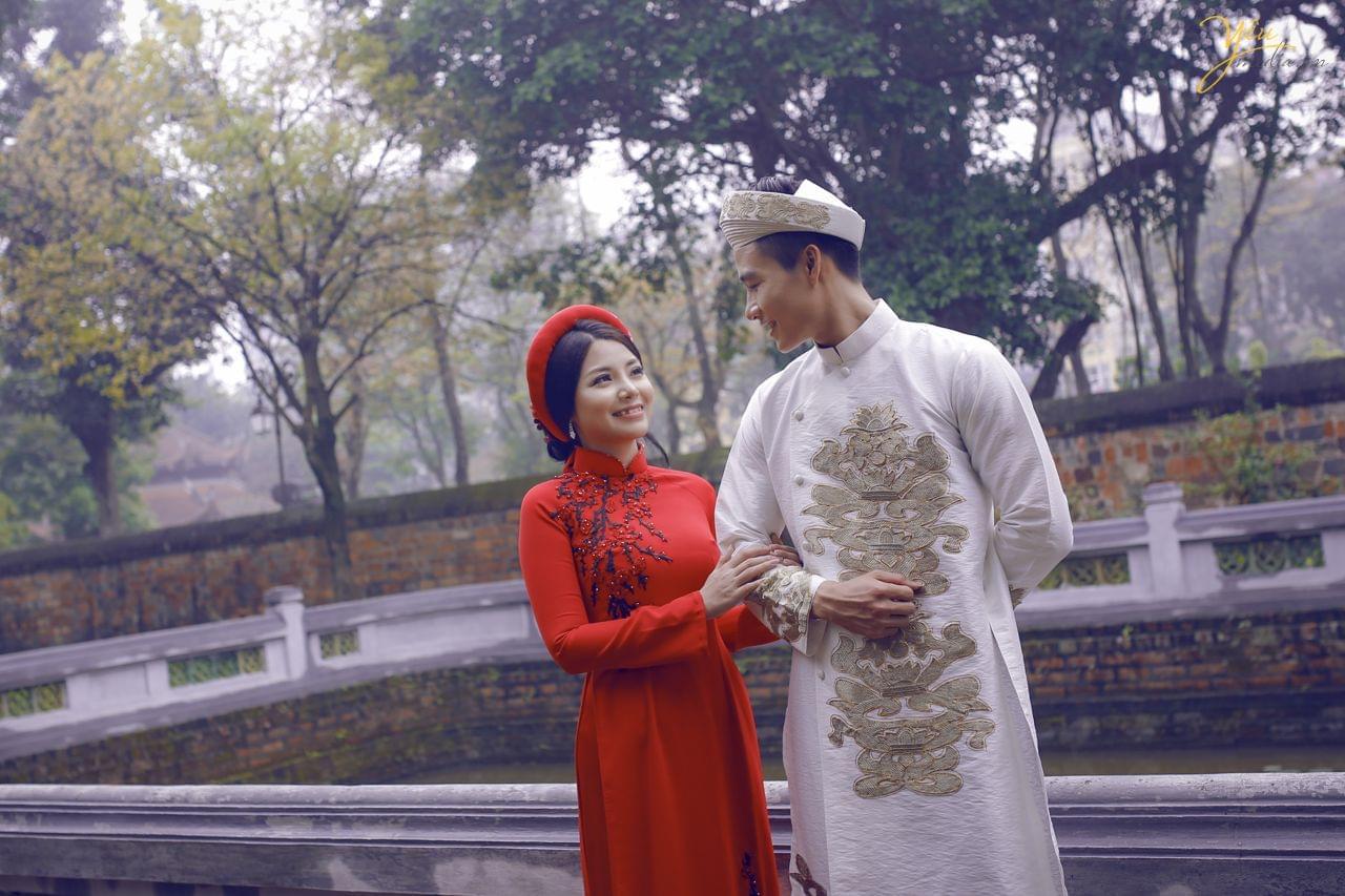 ảnh chụp cưới áo dài đỏ khăn xếp