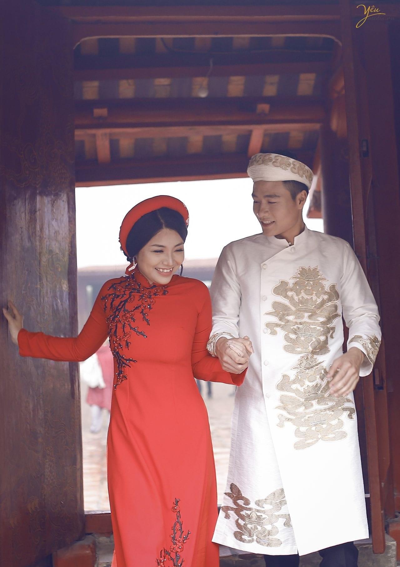 ảnh chụp cưới áo dài truyền thống cô dâu chú rể nắm tay bước qua bậc thềm