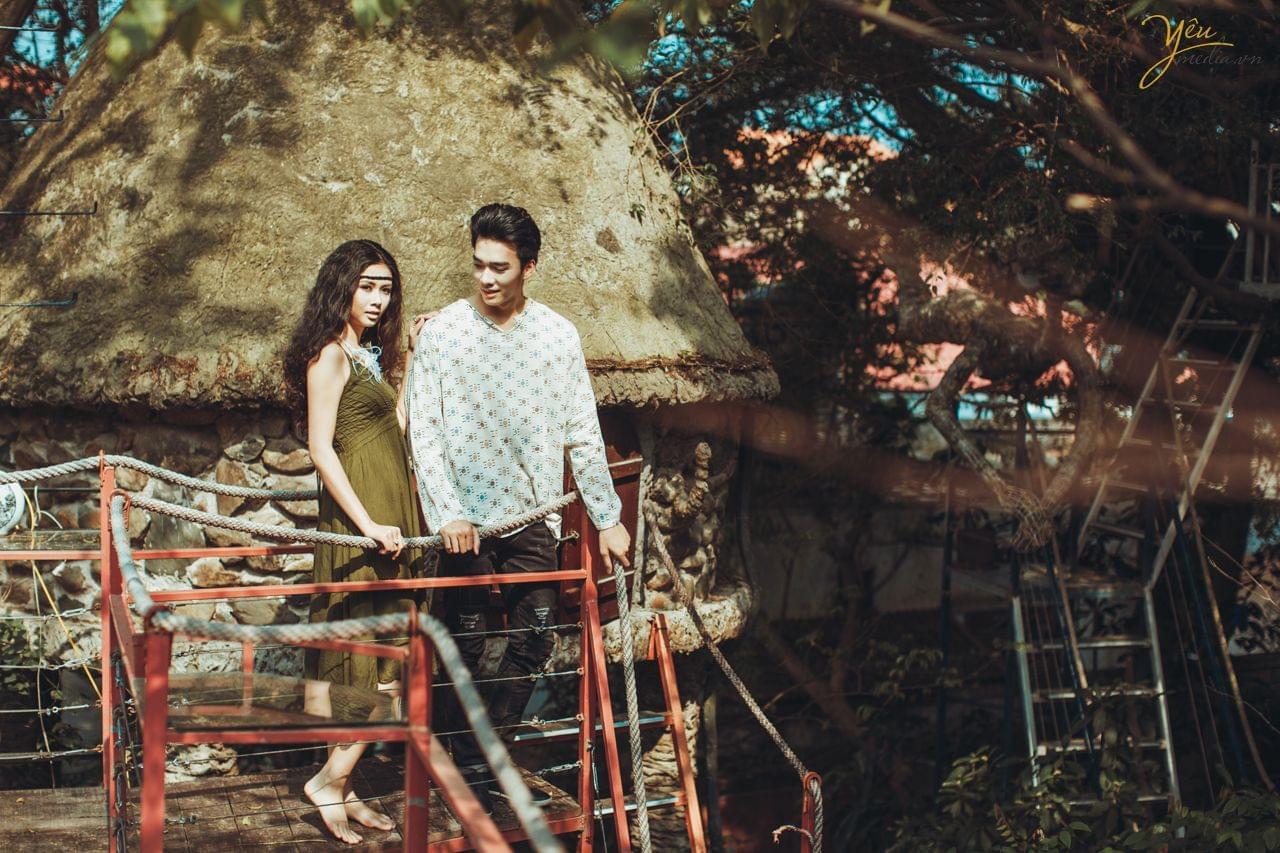 ảnh cưới bohemian cô dâu chú rể cùng nhau đứng trước nhà trên cây