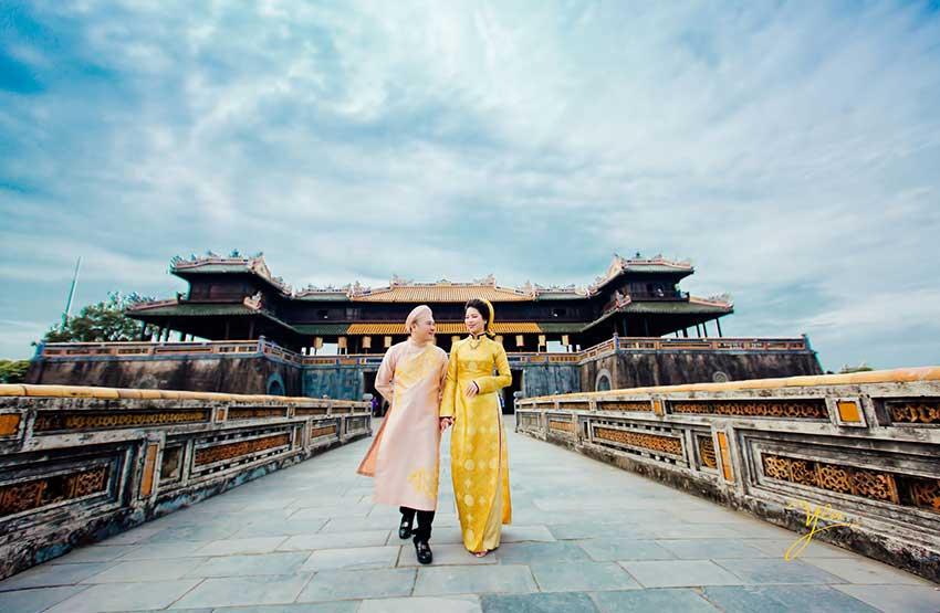 ảnh cưới đẹp áo dài gấm chụp trước cửa Đại Nội
