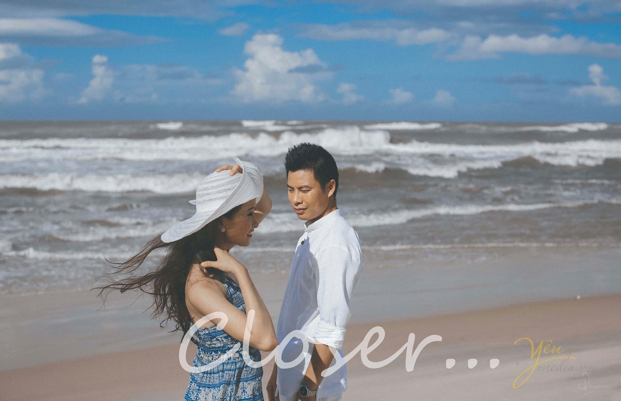cô dâu chú rể đứng cạnh nhau trên biển