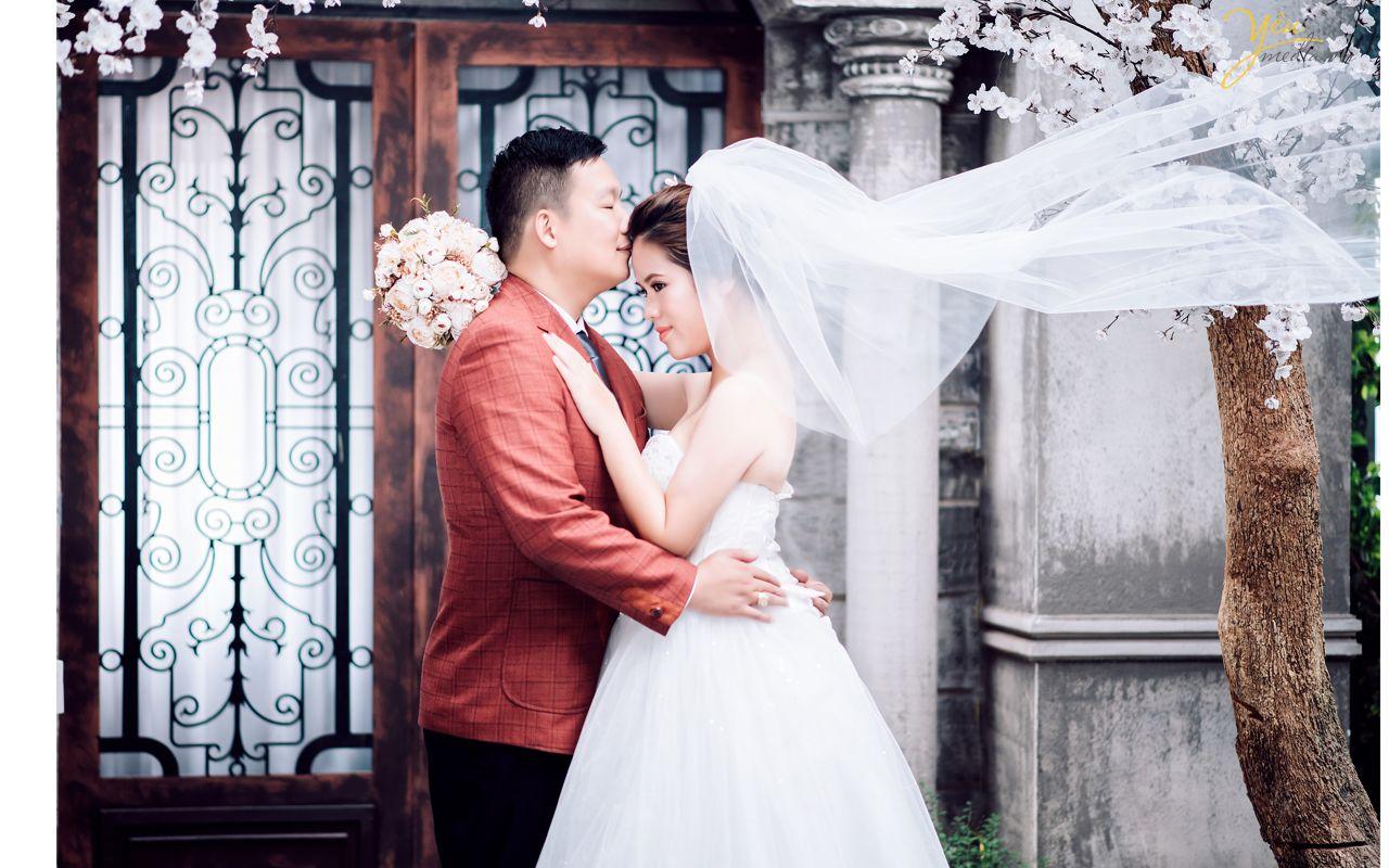 chú rể hôn trán cô dâu